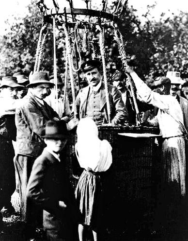 Victor Hess emprendiendo un vuelo en globo aerostático en abril de 1912