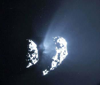 Detalle de la estructura de los chorros de material en el cometa 67P/Churyumov-Gerasimenko. Imagen tomada por la cámara de navegación de Rosetta el pasado 9 de febrero, a una distancia de 105 km del cometa. Se observa que los chorros provienen de la región del cuello entre los dos lóbulos que forman el cometa. Cortesía: ESA/Rosetta/NAVCAM - CC BY-SA IGO 3.0.