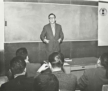 """Ingeniero Terrazas impartiendo la conferencia """"Astronomía moderna"""" en la sala Bertrand Russell. 8 de mayo de 1964"""
