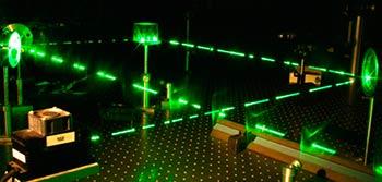 Luz verde emitida por medio de generación de segundo armónico de un laser de semiconductor.