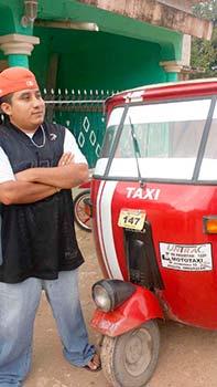 Juan Carlos Chablé consiguió comprarse un mototaxi a su regreso de Estados Unidos. Foto: Mely Arellano. Imagen tomada de http://lado- be.com.mx/2015/09/especial-el-retorno-de-los- migrantes-mexicanos-la-crisis-que-viene/