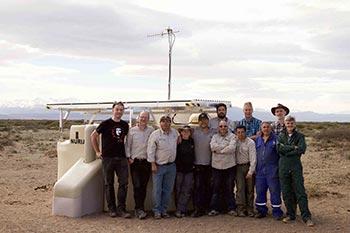 Primer SSD instalado en campo, en una de las estaciones del arreglo de superficie. En la imagen aparecen miembros de la Colaboración Pierre Auger, que se encargaron de su instalación.