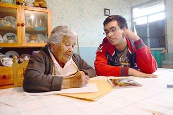 La señora Tomasa Juárez prepara en clase su participación como locutora en la radio. Foto: I. Iván Nava Fernández