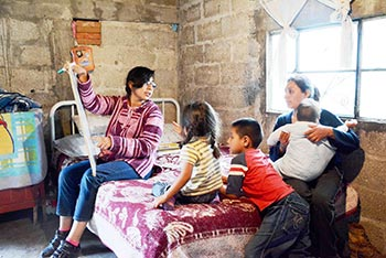 Centro: Mariel García, alfabetización Cuyoaco 2015.