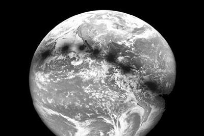 Eclipse total de Sol de 1991 visto desde el espacio. Ocho imágenes obtenidas por el satélite GOES. Tomada de: http://www.mreclipse.com/SEphoto/TSE1991/image/TSE91-GOESw.JPG agosto · 2017 13 El objeto del mes