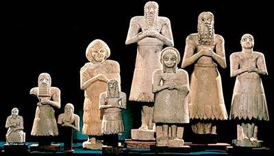 Estatuillas representando distintos dioses y diosas sumerios