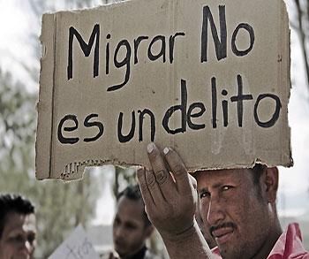 """Imagen: """"Migrantes centroamericanos en Huehuetoca, Edo. de México"""", por Olivia Vivanco, en flickr.com"""