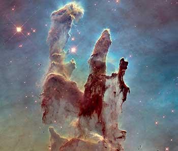 """Los """"Pilares de la Creación"""", la imagen número uno de entre las 100 mejores del HST, tomada de http://www.spacetelescope.org/sta- tic/archives/images/wallpaper2/heic1501a.jpg"""