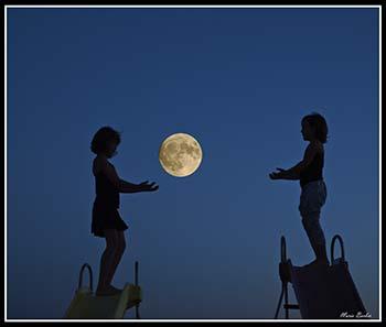 Jugando con la luna 19 junio, por Maria Barber Torres, en www.flickr.com