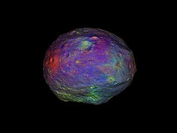 Imagen multicolor del asteroide Vesta. Cortesía: NASA/JPL-Caltech/UCLA/MPS/DLR/IDA/PSI. Imagen tomada de http://www.nasa.gov/images/content/657029main_vesta_20120606_4x3_full.jpg