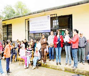 Inauguración de la biblioteca Jorge Pedrajo Hernández con alumnos de la primaria, autoridades de la comunidad y coordinadores del CUPS, marzo 2013. Vista Hermosa, Cuetzalan del Progreso.