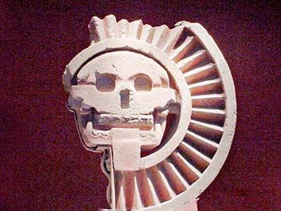La fotografía muestra el disco del Sol muerto de Teotihuacan, que de acuerdo con Jesús Galindo, podría indicar un eclipse de Sol. El disco de piedra fue hecho por los teotihuacanos, y su apariencia radial podría sugerir algún astro, tal vez al Sol agonizante, una visión muy peculiar, ya que la mayoría de las civilizaciones antiguas creían que el Sol era devorado por alguna otra deidad.