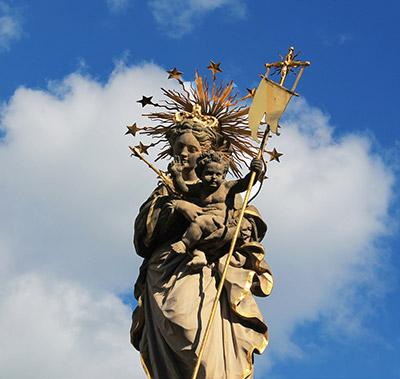 Madonna, en el Kornmarkt de Heidelberg, imagen tomada de https://hiveminer.com/Tags/golden,heidelberg