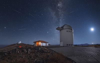 Las Líridas en el cielo del sur. Crédito: Yuri Beletsky (Carnegie Las Campanas Observatory, TWAN) https://apod.nasa.gov/apod/image/1704/lyrids_2017_beletsky.jpg