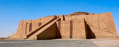 Zigurat de Ur, Irak. El Zigurat era un templo en la antigua Mesopotamia construido con ladrillos de adobe formado por dife- rentes niveles generalmente de forma rectangular. En la parte superior se encontraba el lugar de culto de distintos diosas y dio- ses y se ascendía a éste a través de largas escalinatas