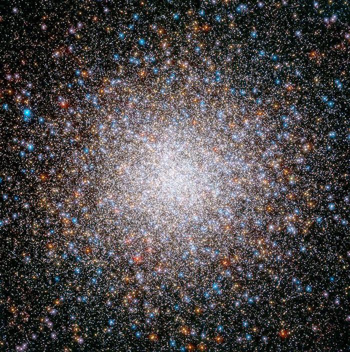 mpresionante imagen del Cúmulo Globular Messier 2 obtenida por el Telescopio Espacial Hubble. Es el segundo objeto celeste en el listado del astrónomo Charles Messier. M2 se encuentra a unos 55 mil años luz de distancia (1 año luz es la distancia que recorre la luz en un año viajando a una velocidad de 300 mil km por segundo). Contiene unas 150 mil estrellas en el volumen de una esfera de 180 años luz de diámetro. Sus estrellas se formaron en una secuencia de al menos siete eventos hace casi 13 mil millones de años. Créditos de la Imagen: Agencia espacial Europea y NASA, obtenida por Giampaolo Piotto y colaboradores.