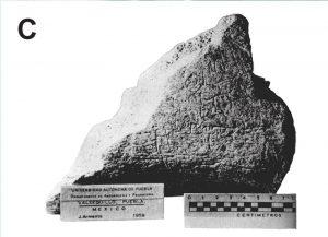 C) Fragmento de hueso de mastodonte grabado (Tetela 1), descubierto por el prof. Juan Armenta Camacho (Modificado de [8]).